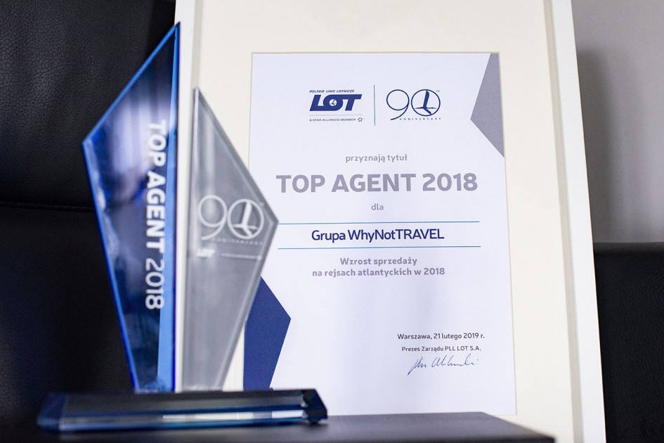 Grupa Why Not TRAVEL ze statuetką Top Agent 2018 od PLL LOT